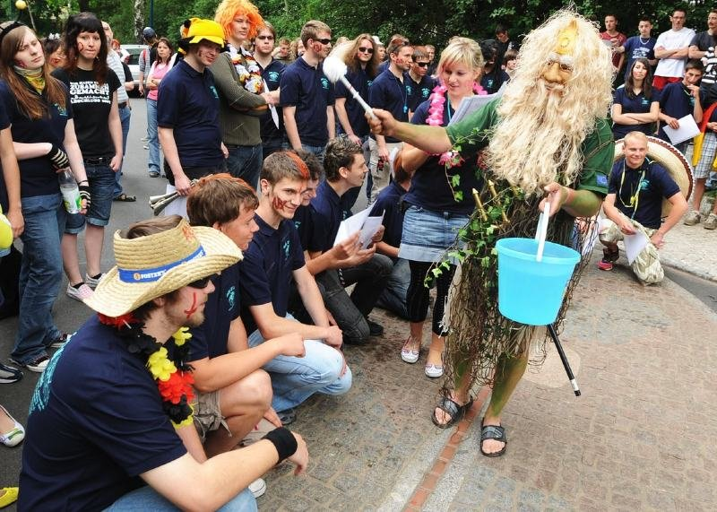 Die Absolventen des Beruflichen Gymnasiums wissen, dass es sich am Äquator gut feiern lässt.