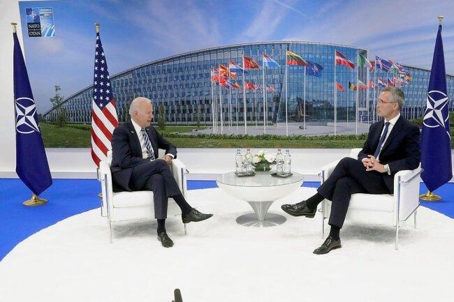 Jens Stoltenberg (r), Nato-Generalsekretär, spricht mit Joe Biden, Präsident der USA, während eines bilateralen Treffens am Rande des Gipfels im Nato-Hauptquartier.