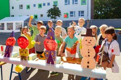 Die Bewohner der Kinderstadt und ihre Freunde konnten beim Abschlussfest am Freitag unter anderem zum Zielwerfen antreten.