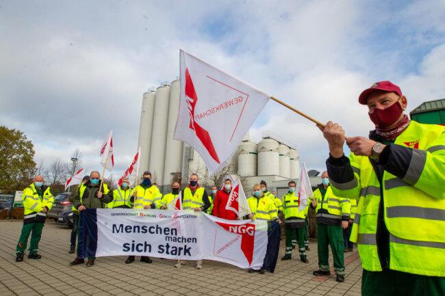 Beschäftigte der Sternquell-Brauerei beim Warnstreik am Freitag: Mit Gewerkschaftsfahnen und Mundschutz fordern sie ein besseres Angebot der Unternehmensleitung für einen neuen Haustarifvertrag