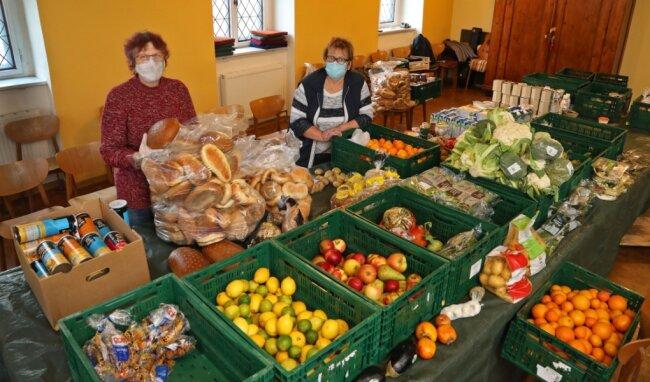 Eveline Guldström und Liliane Spikereit sortieren jeden Mittwoch Berge an Lebensmitteln.