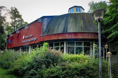 Das Haus am Klein-Erzgebirge ist Teil der Insolvenzmasse der Erzgebirgs-Miniaturschau Oederan GmbH. Die Gaststätte und die Tenne, in der jahrelang erfolgreiche Clubkonzerte stattfanden, stehen zum Verkauf. Der angrenzende Miniaturenpark ist nicht direkt von der Insolvenz betroffen.