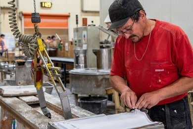 Ehe die Dachziegel gepresst werden können, werden mit Gips Druckplatten erstellt.