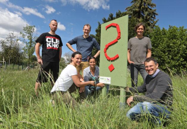 Thomas und Anja Kubbe, Knut und Lydia Kielmann, Cindy Stopp, Andreas Riese und Andreas Wagner haben dieses rote Fragezeichen in Glauchau aufgestellt.