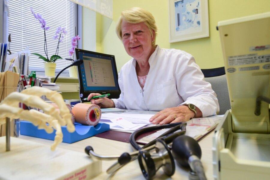 Sie hat den Weiterbildungsverbund Hausärzte für Chemnitz mitgegründet: die Fachärztin für Allgemeinmedizin Dr. Claudia Kühnert. Die 67-Jährige praktiziert in der Innenstadt und behandelt pro Quartal bis zu 1300 Patienten.