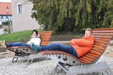 Unternehmer Jens Weigand (r.) und Cornelia Naumann vom Gewerbeverein haben die neuen Bänke am Mühlberg in Oederan bereits getestet. Die ungewöhnlichen Sitzgelegenheiten wurden in Österreich hergestellt.