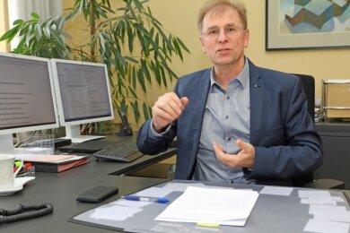 Der Crimmitschauer Oberbürgermeister André Raphael in seinem Arbeitszimmer im Rathaus. Er übernahm die Aufgabe im August 2017 von Holm Günther.