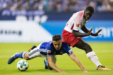 Dieser Zweikampf zwischen Dayot Upamecano und dem Schalker Franco Di Santo führte zum Elfmeter für die Königsblauen.