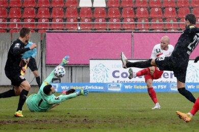 Der zweite Versuch sitzt. Manfred Starke zieht ab und erzielt das Zwickauer Tor zum 2:1. Halles Keeper Kai Eisele ist machtlos.