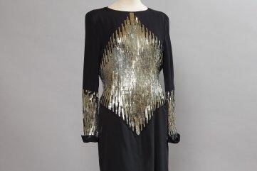 Zu sehen ist auch dieses von Karl Lagerfeld um 1987 entworfene Cocktailkleid.