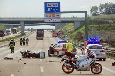 Rettungskräfte stehen am 05.09.2017 bei Burgau auf der A 8. Ein Motorradfahrer war damals bei einem Unfall ums Leben gekommen. Ein Gaffer, der den sterbenden Biker gefilmt hatte, ist nun zu einer hohen Geldstrafe und Fahrverbot verurteilt worden.