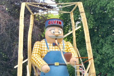 Der rund acht Meter große Alvin wurde an der Pelzmühle aufgestellt.
