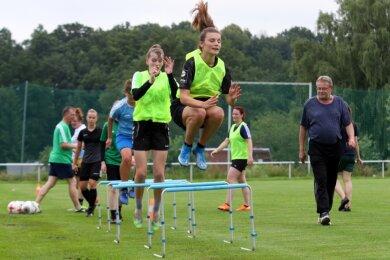 Vor einem großen Sprung stehen die Zwickauer Fußballerinnen mit dem Aufstieg in die Regionalliga. Als Trainer wird der langjährige Vereinschef Bernd Wutzler (rechts) den DFC auf die Saison vorbereiten.