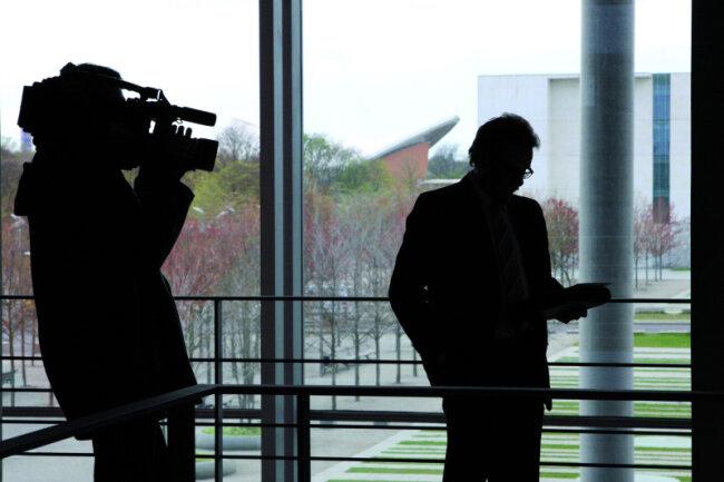 """<p class=""""artikelinhalt"""">Der Chemnitzer Bundestagsabgeordnete Frank Heinrich (CDU) im Fokus der Medien. In seinem Heimatwahlkreis richtet sich das Augenmerk zunehmend auf die zahlreichen Auslandsreisen des 47-Jährigen. </p>"""
