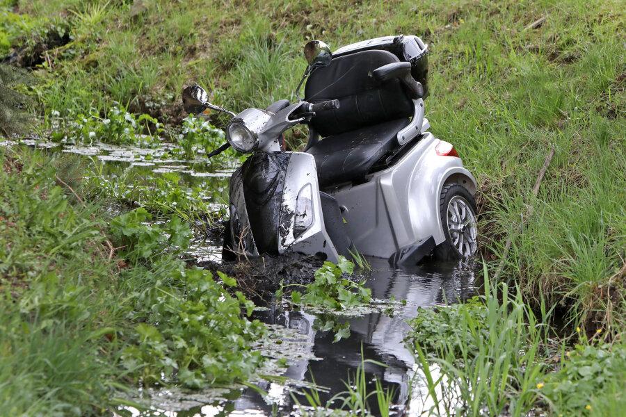 Ein Mann ist mit seinem E-Dreirad im Dorfbach gelandet.