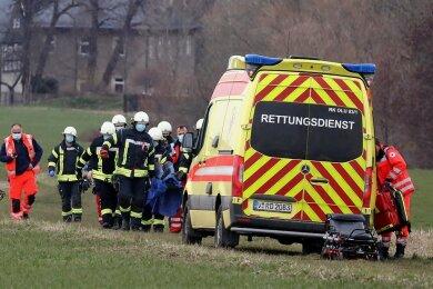 Feuerwehrleute halfen beim Transport des Verletzten zum Rettungswagen.