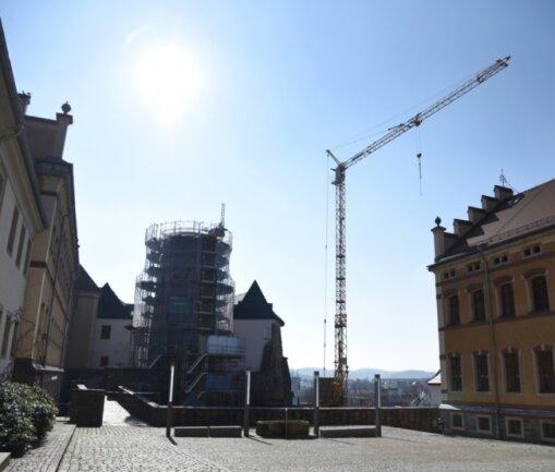 Auf Schloss Voigtsberg in Oelsnitz ist am Bergfried der Kran aufgebaut. Damit wird die nächste Bauphase im oberen Bereich des Turmes eingeleitet, bei der das Dach und weitere Abschnitte bearbeitet werden.