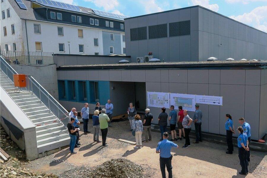 Von außen sieht die neue Schießanlage in Schneeberg schon fertig aus. Vertreter von Bauherr, Planungsbüro sowie Polizei lieferten den Besuchern während der Rundgänge jede Menge Informationen.