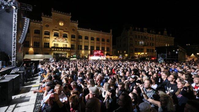 Menschen vor der Bühne auf dem Zwickauer Hauptmarkt.