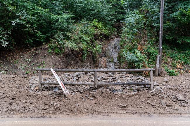 Geröll liegt nach einem Erdrutsch im Kirnitzschtal in der Sächsischen Schweiz am Straßenrand. Das beliebte Ausflugsziel Kirnitzschtal (Sächsische Schweiz) ist nach einigen sehr heftigen Gewittern am Freitagabend und mehreren Erdrutschen gesperrt worden.