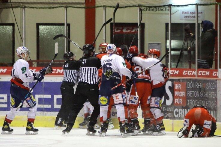 Emotionen pur im ersten Drittel: Nach einem unfairen Bandencheck gegen André Schietzold (rechts), der daraufhin verletzt vom Eis musste, gingen die Spieler beiden Mannschaften aufeinander los.