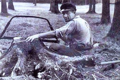 Das 73 Jahre alte Foto entstand in den Nachkriegsjahren im Plauener Stadtwald. Damals war die Brennholznot groß. So wurden zum Holzmachen auch Wurzelstöcke gerodet - manchmal auch mit einer Autowinde.