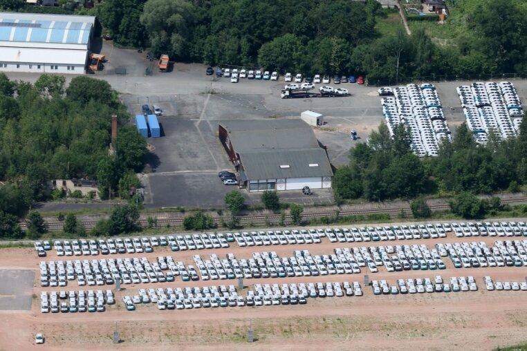 Auf Parkflächen in Zwickau-Pölbitz warten die E-Autos aus dem Zwickauer VW-Werk auf ihren Weitertransport. Tatsächlich steigen auch im Landkreis Zwickau die Zulassungszahlen. Doch die Lade-Infrastruktur steckt noch immer in den Kinderschuhen.