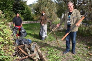 Arbeitseinsatz des Anglerverbandes Schwarzenberg an der Großen Mittweida: Thorsten Fiebich, Manja Puschnik und Vereinschef Ralf Göschel (v. l.) waren drei von rund 20 Helfern, die mit anpackten.