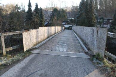 Nach einer erneuten Ausschreibung kann die Schönthalbrücke im Augustusburger Ortsteil Hennersdorf nun saniert werden.
