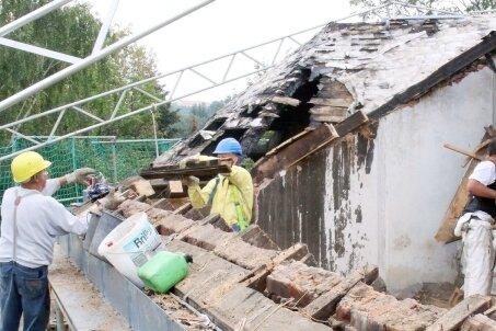 """<p class=""""artikelinhalt"""">Das zerstörte Dach der Villa an der Unteren Holzstraße wird in Handarbeit abgetragen. Danach soll vorerst ein Provisorium das Eindringen von Wasser in das Gebäude verhindern. </p>"""