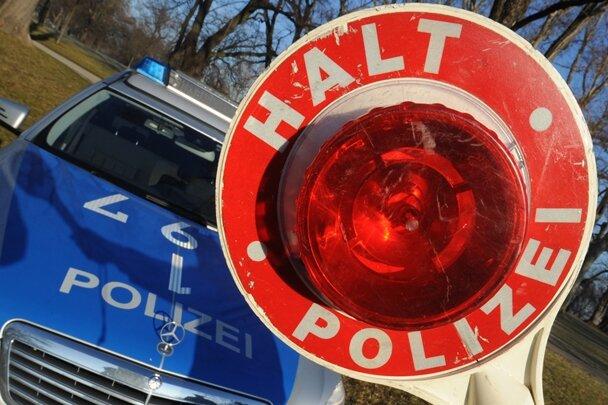 Oelsnitz/E: Betrunkener Autofahrer fährt nach Unfall auf der Felge weiter
