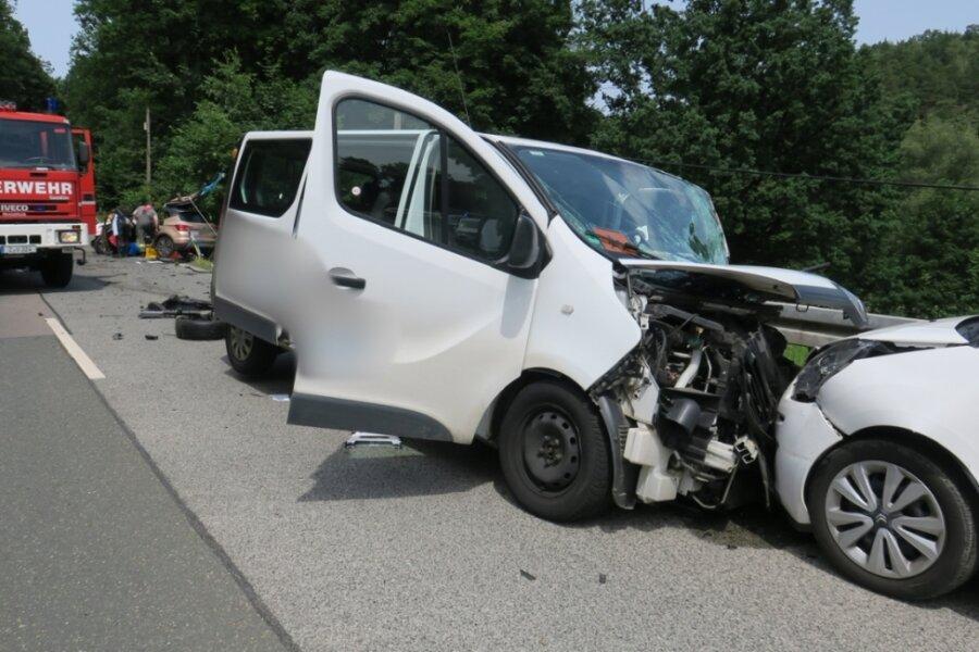Schulbusfahrer betrunken - drei Schwerverletzte bei Frontalzusammenstoß