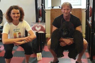 Außerhalb müssen die Kniebeugen auch mal ohne Katze gehen: Heike Matschos mit Frank Leukefeld, Inhaber der Fitnessinsel.