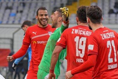 Da kommt Freude auf: Schlussjubel bei Zwickaus Torwart Johannes Brinkies, Steffen Nkansah, Davy Frick und Marco Schikora (von links).