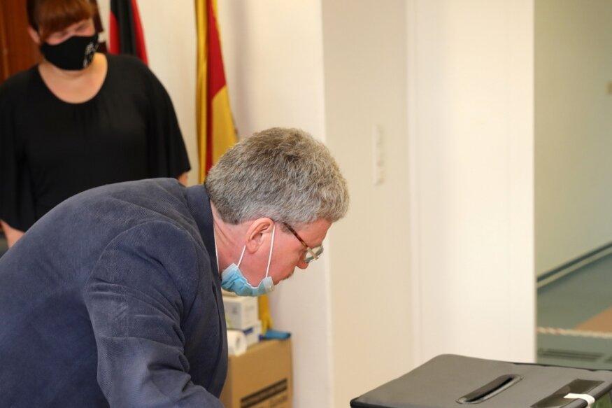 Im Wahllokal im Rathaus Schwarzenberg war der Schlüssel für die Wahlurne abhanden gekommen. Selbst Wahlhelfer Gerd Weigel konnte nur unter Zuhilfenahme eines Bolzenschneiders an die Stimmzettel gelangen.