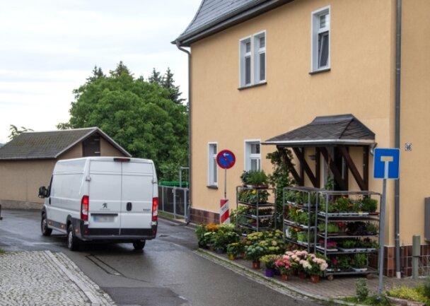 Für den Blumenladen am Eingang des Rödlitzer Weges bereitet das Parkverbot zum Beispiel beim Anliefern Probleme.