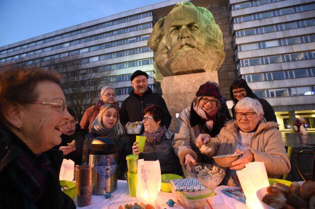 Plauschen unterm Karl-Marx-Monument: Etwa 200 Menschen sind am Samstag zum Picknick am Karl-Marx-Kopf gekommen.