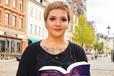 """Autorin Jona Dreyer mit ihrem aktuellsten Buch """"Nur das Universum zwischen uns""""."""