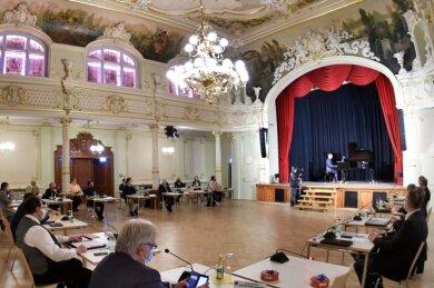 """Die erste Stadtratssitzung im Festsaal """"Goldener Löwe"""" in Hainichen fand am Dienstag statt. Seit 2016 wurde der Ballsaal eines früheren Hotels saniert. Mit weiteren Maßnahmen kostete dies sechs Millionen Euro."""