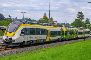 Der Batteriezug von Alstom macht auf der Premierenfahrt Halt im Bahnhof von Zschopau.