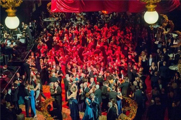 """Am Samstagabend drängten sich die Paare wieder auf der Hinterbühne des Chemnitzer Opernhauses. Etwa 900 Gäste besuchten den diesjährigen Ball im Theater. Das Motto lautete """"Fly me to the Moon""""."""
