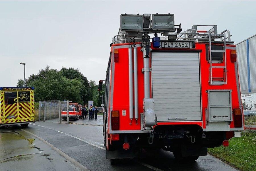 Rettungseinsatz im Gewerbegebiet am Leuchtsmühlenweg in Plauen: Feuerwehr und Polizei sind wegen eines undichten Tanks vor Ort.
