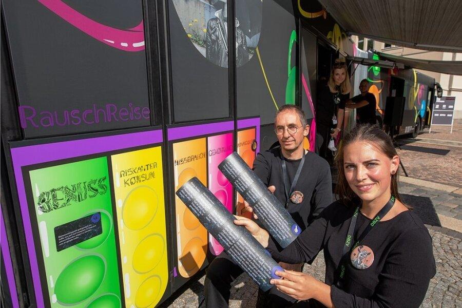 Die Suchtberater Judith Hoyer und Mario Rehmann werden zukünftig mit dem neuen Präventionsbus des Vogtlands an verschiedenen Einrichtungen unterwegs sein.
