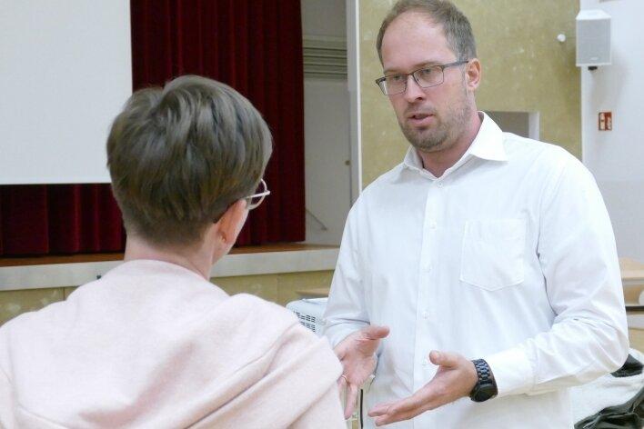 Dr. Björn Roscher und seine Kollegen der Dresdner Firma VSB standen rund 70 Gelenauer Bürgern Rede und Antwort.