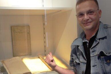 Nun wird es neben anderen Exponaten in einer Ausstellung in der Papiermühle Niederzwönitz gezeigt. Lutz Röckert war natürlich dort.
