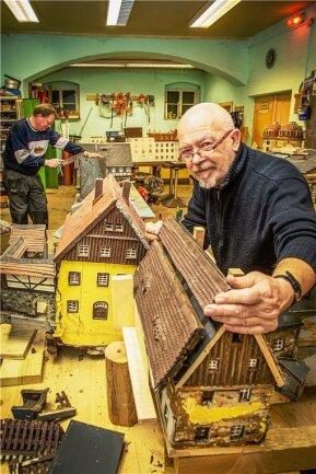 """Werkeln für den """"Heimatberg im Freien"""": Horst Drichelt (vorn) und Jörg Uhlig nutzen die Winterpause, um Modelle instand zu setzen. Doch wie können sie das Klein-Erzgebirge im Frühjahr wieder eröffnen?"""
