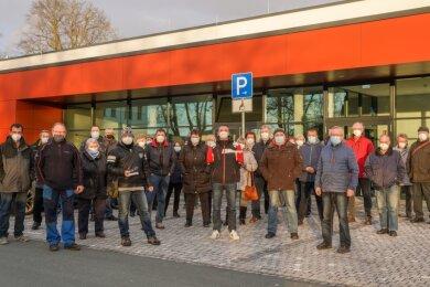 Garagenpächter protestieren vor der Schlossarena Auerbach, in der der Stadtrat tagt.