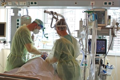 Ein Arzt und eine Pflegerin versorgen einen der sechs Covid-19-Patienten, die derzeit auf der Intensivstation des Zwickauer Heinrich-Braun-Klinikums liegen und beatmet werden müssen.