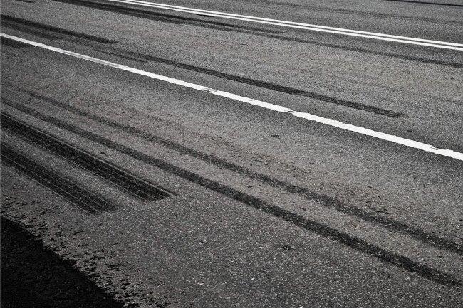 Reifenspuren auf Asphalt: Abruptes Bremsen und kräftiges Beschleunigen erzeugt jede Menge Abrieb.