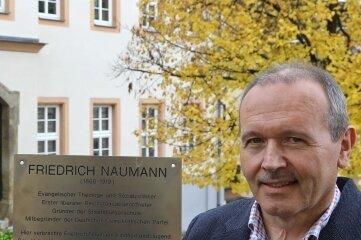 Lichtensteins Stadtrat Mario Müller mit der Naumann-Tafel vor dem neuen Standort.